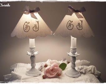 paire de lampes en bronze patinées gris perle et blanc, abats jour monogrammés