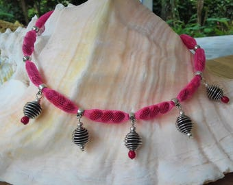 Necklace in pink FishNet with seeds of réglise and embellished with zanzibar and toloman
