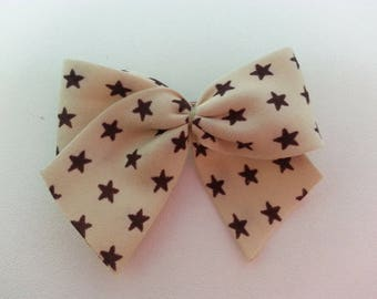 Hair clip embellished with a beige star bow