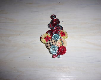This pendant is made with buttons in natural wood and aluminum wire