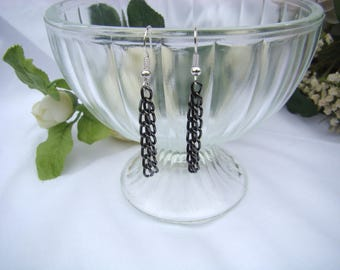 modern and chic earring in black metal chain