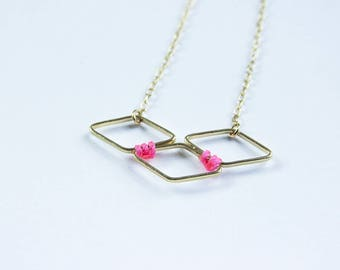 Graphic necklace 3 mini-losanges gold chain with neon pink thread