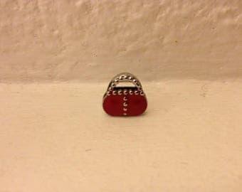 Model passing handbag red enameled bracelet strap