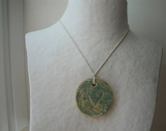Round pendant made of ceramic with Ribbon