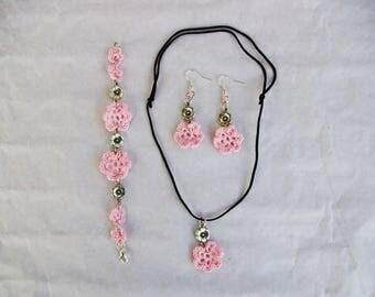 jewelery set pink crochet flowers and silver metal