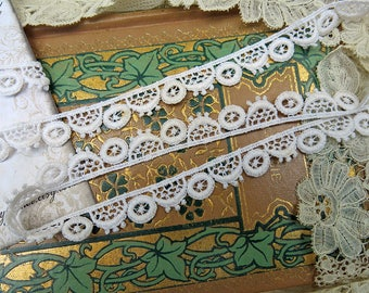 Vintage Chemical Lace Yardage...Edging Lace, Scalloped Trim, 1 Yard Schiffli Lace...crazy quilting, fabric art journal supply, LY170601