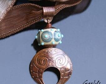 Candra - pendentif Bohême, rondelle ivoire motifs turquoises, plaque de cuivre gravée à l'eau forte - bélière gravée - Pièce unique Gaelys