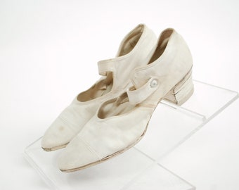 Vintage 1920s Shoes - Beautiful 20s Sporty Canvas Shoes with Pointed Toe and Ankle Strap Size 9