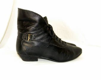 Sz 8m Vintage short black leather 1980s Women lace up granny ankle boots.