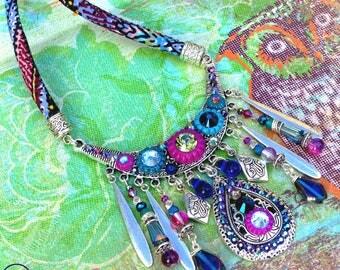 Precious Gipsy . Collier mi-long unique esprit bohème précieux bleu violet fuchsia polymère cristal strass design original Tikaille