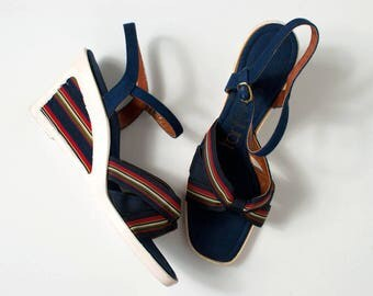 vintage 1970s wedge sandals / navy blue striped open toe 70s shoes