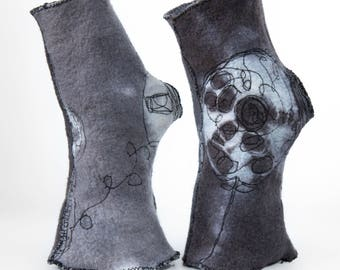 Fingerless Gloves Gray Merino Wool Felt Outstanding Design - Reversible arty Wrist Warmers - Piece Unique Made in Paris