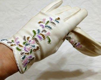 Vintage Beaded Gloves, White Gloves, Flowered Gloves, Pink Lavender Beaded Short Gloves, Wrist Length Gloves, 1950s Ladies Gloves, Womens