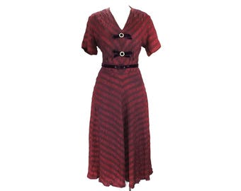 Size 10 1940s Dress - Scarlet Red Rayon Taffeta Dress - WWII 40s Era 40's Rayon - Burgundy Novelty Ruching & Purple Velvet - Bust 39 - 49256