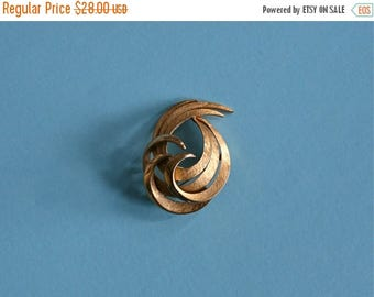 SALE 50s brooch / vintage gold pin / 1950s jewelry