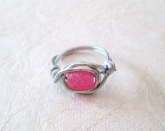 Beaded wire wrap ring, pink with design, size 8 3/4