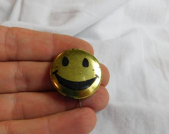 Old 1960's 70's Peace and Love Happy Face Pin or Button  Dr 26