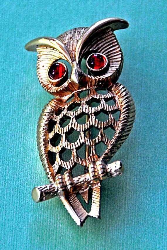 Vintage AVON OWL BIRD w/Red Glass Cabochon Eyes Figural Brooch Pin Gold Tone Excellent Like New Condition