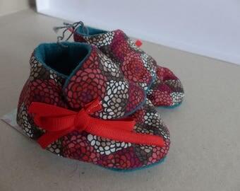 chaussons 0/3 mois coton rouge, beige, brun et rose et polaire bleu vert