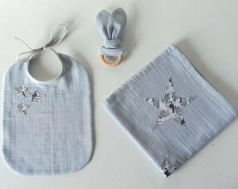 Cadeau de naissance 1 lange + 1 bavoir + 1 hochet gris perle et tissu Toucan