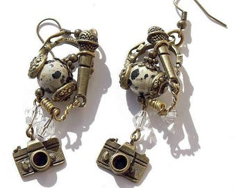 """Earrings in bronze with a microphone, headphones, camera and a Jasper bead: """"The média girl 2"""""""