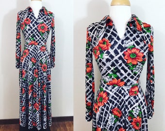 Vintage 1970s Dress / Maxi dress / Rayon jersey / Red daisies