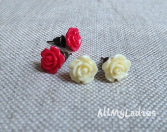 Set of 2 small earrings dark pink and creamy white resin flowers