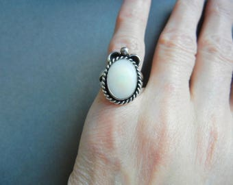 Vintage navajo mother of pearl ring 4, mother of pearl sterling ring, MOP sterling ring 4, small sterling ring, mexican sterling, MOP ring 4