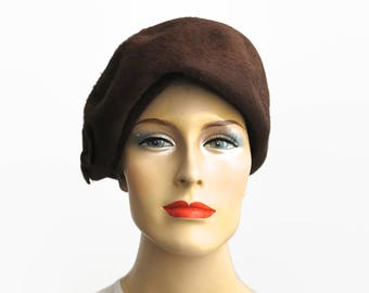 Brown fur felt hat, beret style with bow on one side, La Familiare, made in Italy, average size, 22 inches / 56 cm, 1940s / 50s