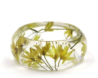 "Yellow pressed flowers resin bangle bracelet Ø59mm 2.32"" // Terrarium jewelry // Herbarium // Resin jewelry // Resin bangle bracelet"