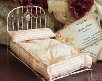 Shabby chic bed with garland