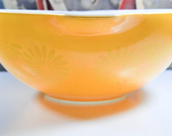 Large Pyrex Mixing / Nesting Bowl in Daisy Pattern