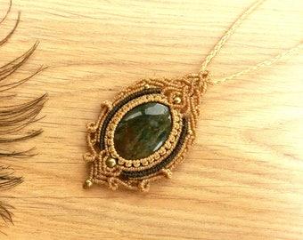 Heliotrope (Bloodstone) macrame pendant. Bohemian jewelry. Boho chic. Handcraft Jewelry. Bloodstone pendant. Gemstone pendant. Unique design