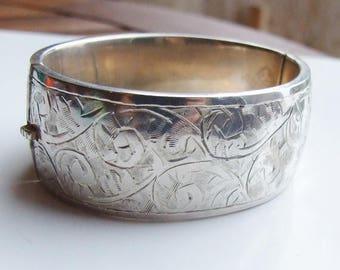 15% SALE - Vintage 925 Sterling Silver Heavy Hinged Patterned Bangle