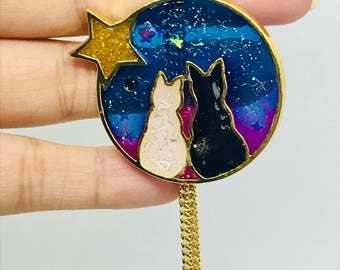 Black and white cats pendant looking at the sky of resin and metal