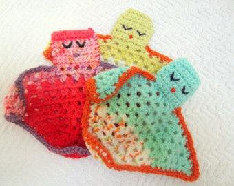 Doudou triangulaire en laine au crochet
