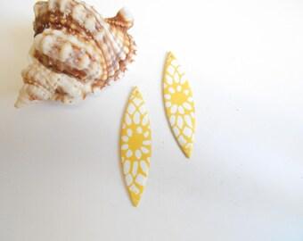 x 2 sequins white yellow enamel pendant 5 x 1, 2 cm