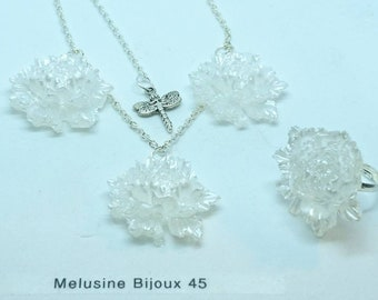 """""""Nieve"""" ring and necklace set in resin and chain silver."""