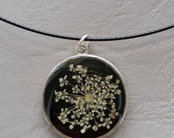 Choker + round pendant 2, 5cm, resin and dried flower Ecru/ivory