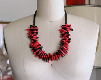 hot pink & black wood chip necklace . chunky wooden necklace . vintage dyed wood jewelry