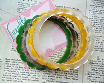 Set of Four Ready to Stack!  1940s bakelite inspired scalloped daisy marbled fakelite bangle bracelets by Luxulite