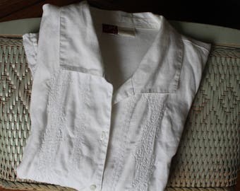 40s White Embroidered Linen Blouse Button Down Darts Short Sleeves Oval Pearl Buttons Medium