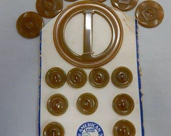 15 Green Bakelite Buttons & 1 Buckle on Original Card    OBO26