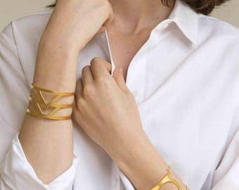 EMBLEME - Minimalist and geometric hand cuff, matte gold-plated bracelet with triangles, statement bracelet