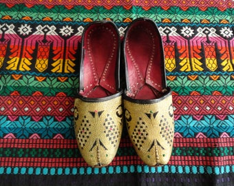SALE Ethnic Gold Arabian Shoes Embroidered Leather Vintage 70s 6.5 7