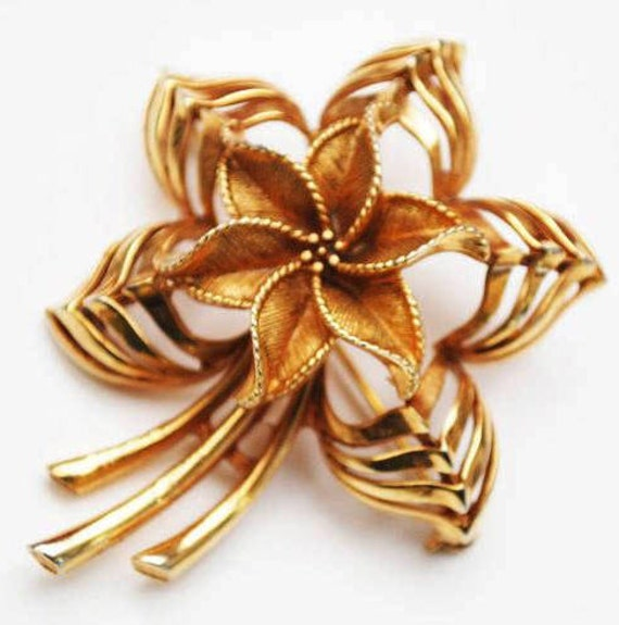 Gold Flower Brooch - Signed Lisner -  Mid - Century - Floral pin
