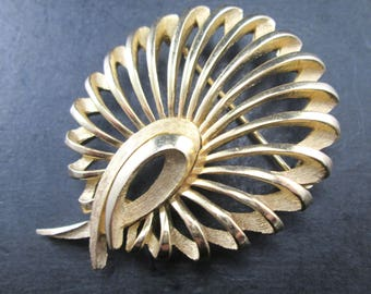 Vintage Crown Trifari Curved Gold Tn Brooch Pin 1950's Mid Century Signed