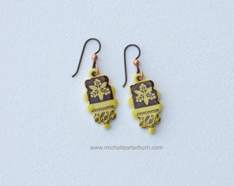 Floral motif on stoneware earrings - Ceramic earrings - Stoneware earrings - Niobium wires - Beaded earrings