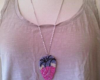 sautoir cœur anatomique rose en perles recyclage boîte de tabac, bijou original et unique