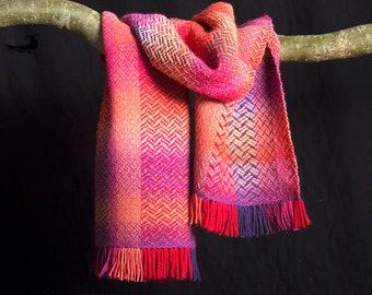 Sjaal, meerkleurige wol. ± 175 X 37 cm. Handgeweven.